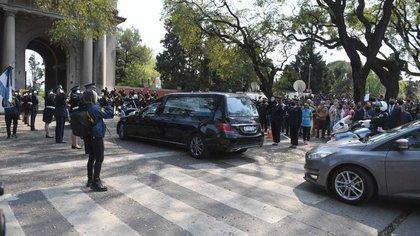 El ingreso del cortejo fúnebre de despedida al policía Juan Pablo Roldán al cementerio de Palermo (Maximiliano Luna)