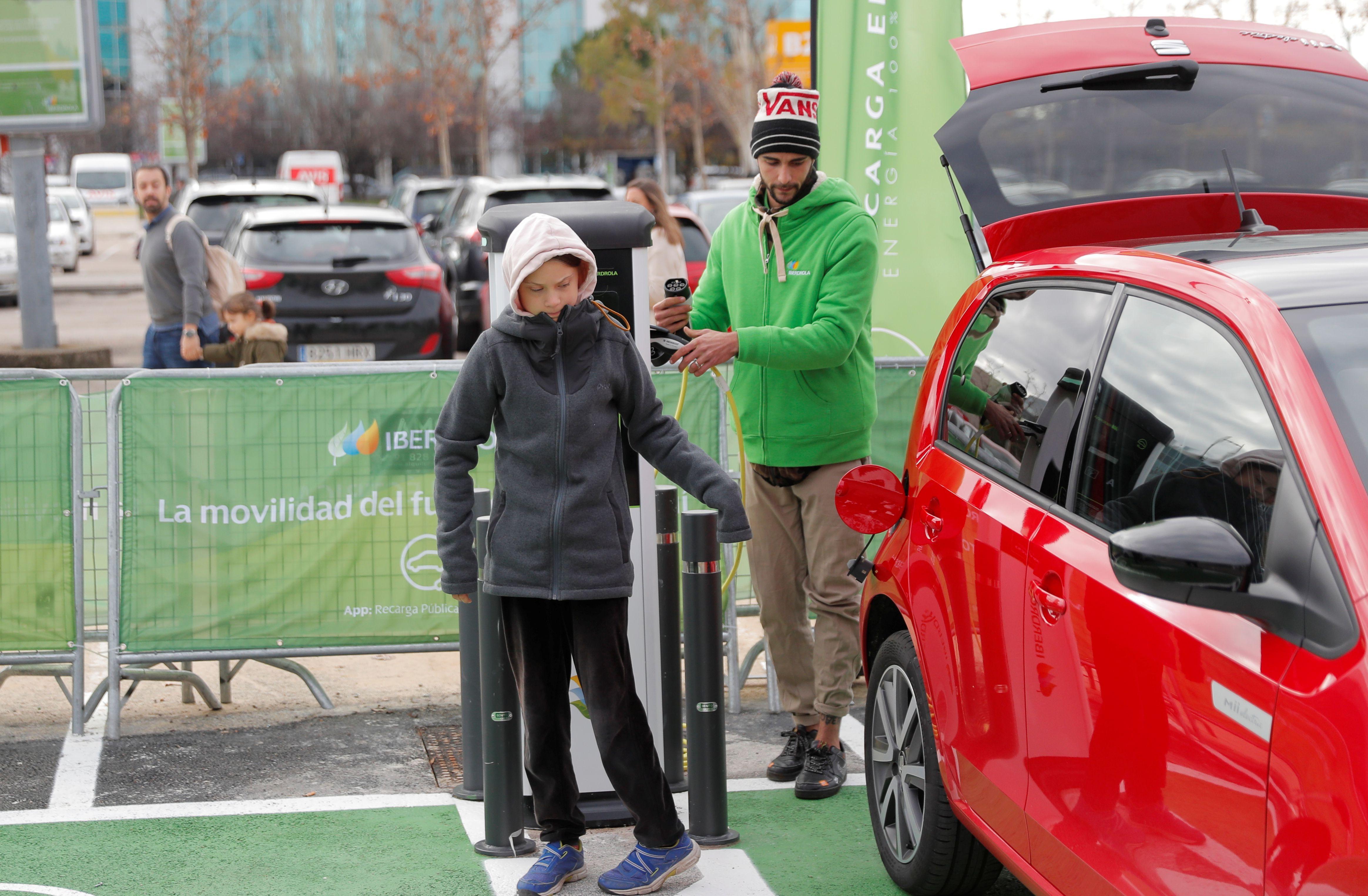 Greta con un auto eléctrico (REUTERS/Juan Medina)