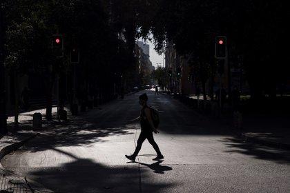 Un hombre cruza la calle en Santiago de Chile. (EFE/Alberto Valdés/Archivo)