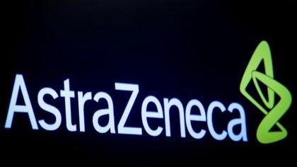 El logotipo de la empresa farmacéutica AstraZeneca en una pantalla en el interior de la Bolsa de Nueva York, Estados Unidos, el 8 de abril de 2019 (REUTERS/Brendan McDermid)