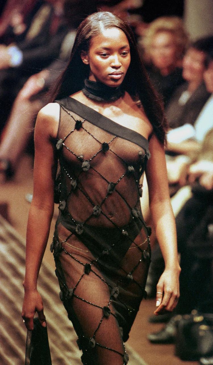 Naomi en un desfile de 1997 (REUTERS)