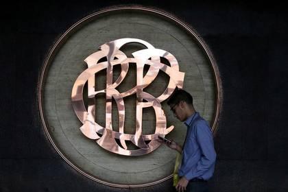 Un trabajador pasa junto al logotipo del Banco Central de Reserva del Perú (BCRP) dentro del edificio de su sede en Lima. 16 de junio 2017. REUTERS/Mariana Bazo - RC1B648552D0