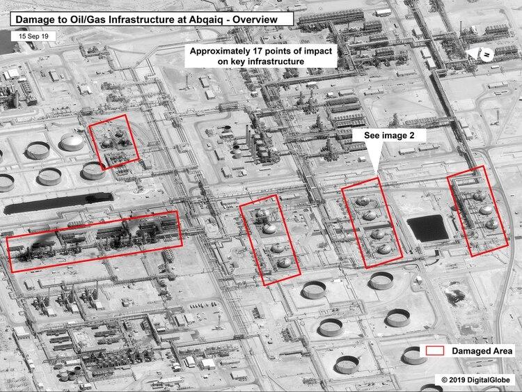"""""""Daños a la infraestructura en Abqaiq"""", dice el título de la imagen. Debajo agrega que hubo """"aproximadamente 17 puntos de impacto en instalaciones clave"""". Más abajo, el detalle de la """"imagen 2"""" señalada en este gráfico (AP) (AP)"""