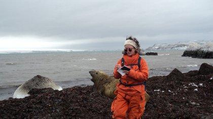 Decidió viajar allí desde enero de 2020 para colaborar como bioquímica en las investigaciones que realizan los científicos del Instituto Antártico Argentino