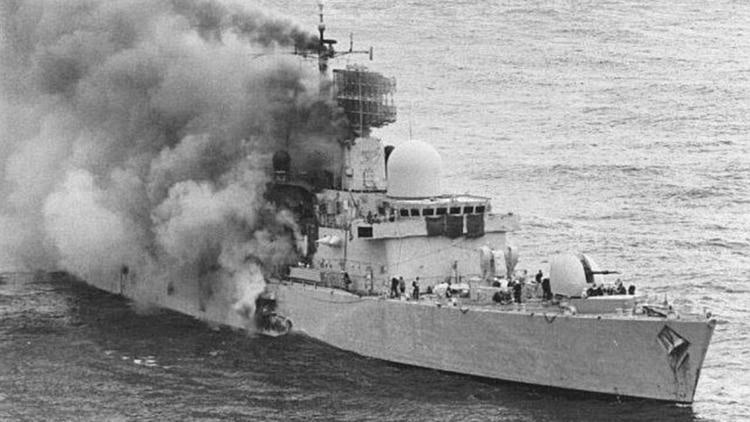 El HMSSheffield en llamas. Misiles Exocet de la aviación naval lo hirieron de muerte el 4 de mayo 1982