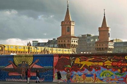 Una gran parte del Muro de Berlín que se conserva en la actualidad fue convertido en East Side Gallery