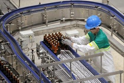 Un empleado trabaja en una planta de producción de cerveza  Foto: REUTERS/Carlos Julio Martínez