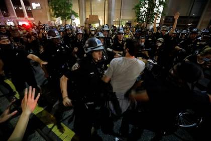 Un hombre se enfrenta a la policía en Nueva York. REUTERS/Brendan Mcdermid