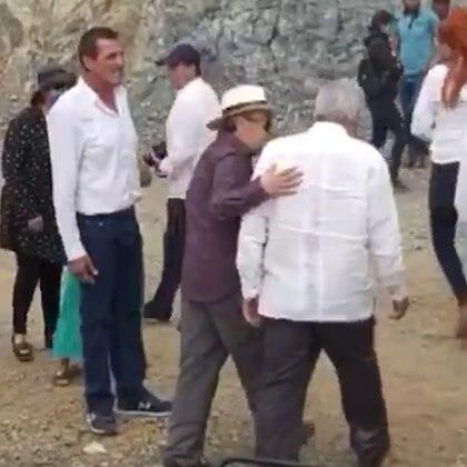 En la imagen se ve al abogado de la familia Guzmán acompañando a AMLO (Foto: Captura de video)