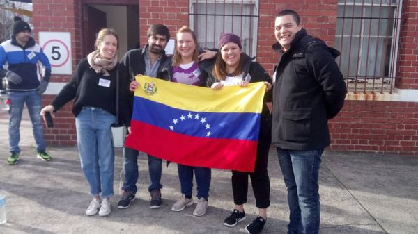 Un grupo de venezolanos participando en Australia (@ReporteYa)