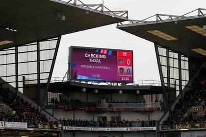 La pantalla comunica que el VAR está revisando un gol durante un partido de la Premier League (REUTERS/Phil Noble)