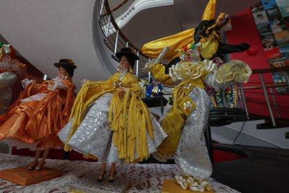 El carnaval boliviano, tradicionalmente repleto de fiestas y desfiles masivos, se ha tenido que reinventar en medio de la segunda ola de contagios de la COVID-19 que golpea al país (EFE)