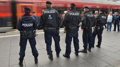 Policías austríacos desplegados en una estación de trenes (Archivo)