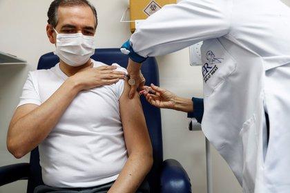 En Brasil, un hombre recibe la segunda dosis en los ensayos de la vacuna contra el COVID-19 desarrollada por el laboratorio chino Sinovac Biotech. EFE/Sebastiao Moreira/ Archivo