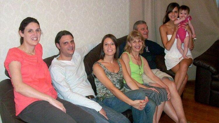 Familia completa: Fernanda junto a sus padres y sus hermanos. De ellos, los únicos que no padecen la enfermedad son su hermana menor y su papá