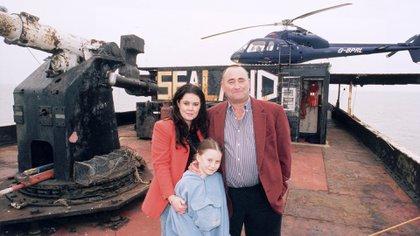 Michael Bates, hijo del fundador de Sealand, junto a su esposa Lorraine y a su pequeña hija Charlotte (Shutterstock)