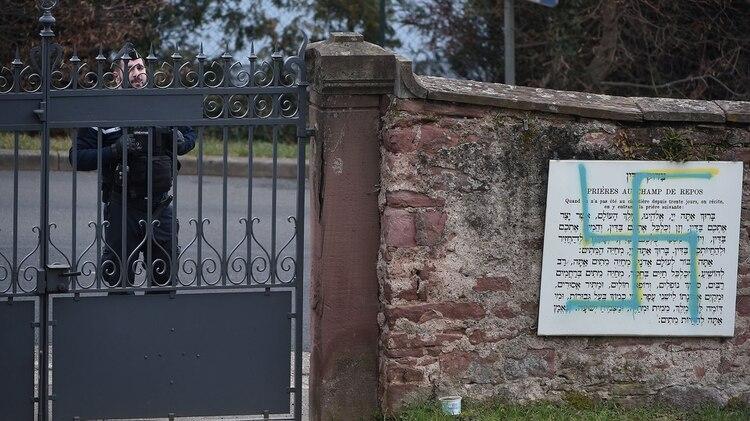 Las tumbas fueron pintadas con esvásticas nazis azules y amarillas (AFP)