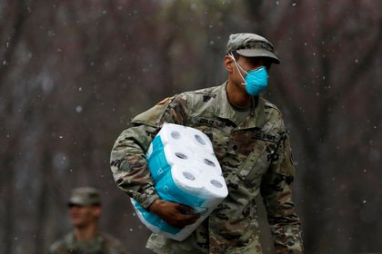 Un soldado participa en trabajos de desinfección de una sinagoga en Nueva York (Reuters)