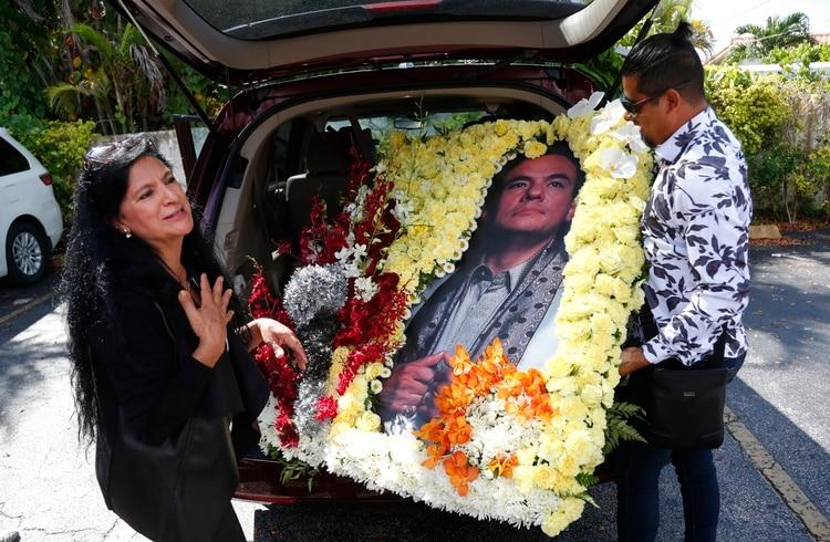 Angela Paise y Luis Brito, dos admiradores del cantante que llegaron al funeral con un arreglo de flores hecho por ellos mismos (Foto: Wilfredo Lee/ AP)