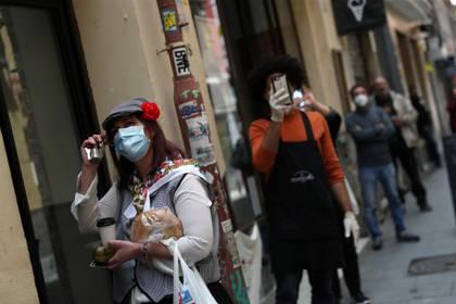 Vecinos y peatones con mascarillas en Madrid (Reuters)