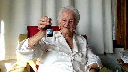 "Encarnación, conocida por todos como ""Choché"", junto a su frasco de aceite de cannabis"