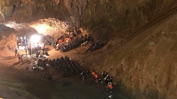Los intensos esfuerzos para rescatar a 12 niños y su entrenador de fútbol que han quedado atrapados dentro de una cueva inundada(AP Photo/Tassanee Vejpongsa)