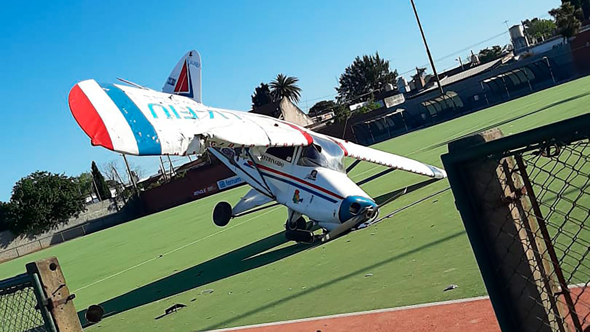 Video: una avioneta cayó en una cancha de hockey de Burzaco