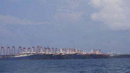 Barcos chinos vistos merodeando en la zona exclusiva de las aguas filipinas (Philippine Coast Guard/National Task Force-West Philippine Sea via AP)