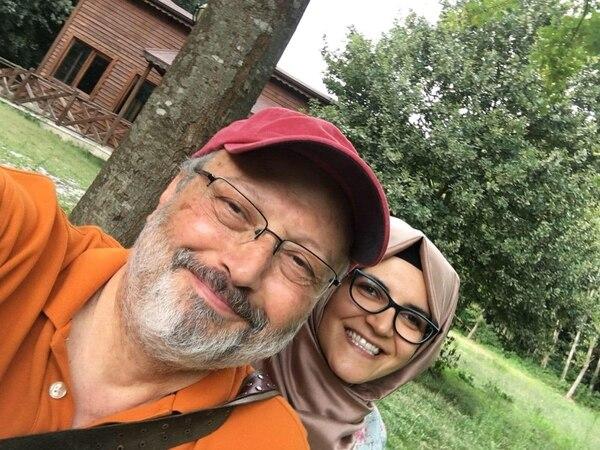 Jamal Khashoggi junto con su prometida, Hatice Cengiz (Hatice Cengiz vía The Washington Post)