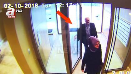 Aún con vida y una hora antes de dirigirse al consulado, una imagen de seguridad del edificio donde estaba alojado, muestra a Jamal Khashoggi y su prometida (Reuters)