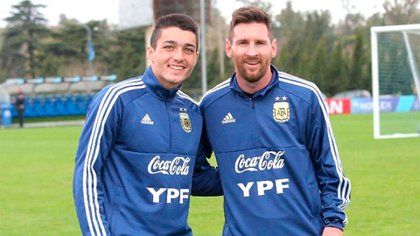 Palacios, junto a Messi en una de sus incursiones por el predio de la AFa en Ezeiza (@mati.palacioss)