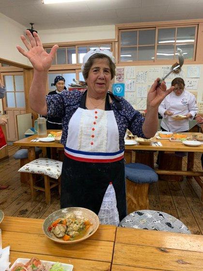 Ana María tenía un taller de costura que fue completamente destruido por el tsunami de 2010. Tras el desastre, vio la oportunidad de hacer lo que realmente le gustaba: cocinar