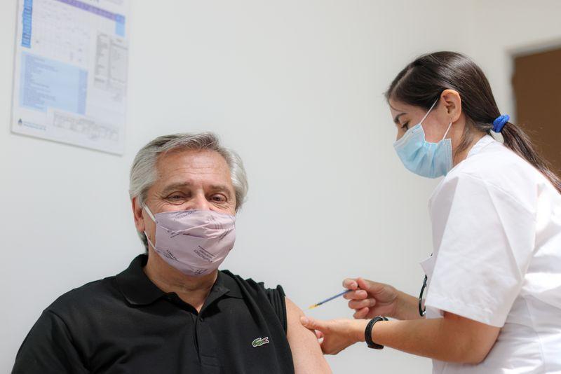 Alberto Fernández, recibe la primera dosis de la vacuna rusa Sputnik V contra el COVID-19 en el hospital Posadas en Buenos Aires, ( Esteban Collazo/Presidencia Argentina)