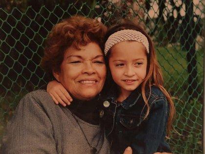 Tiziana Sabatini junto a su abuela