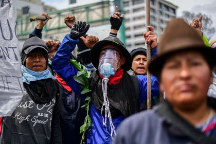 Indigenous people demonstrate outside the Culture House during a protest in Quito on October 10, 2019 as Ecuador faces protests over a fuel price hike ordered by the government to secure an IMF loan. - Ecuador's President Lenin Moreno will Thursday try to resume dialogue with the indigenous community after a week of protests against fuel price hikes which have escalated into violent clashes and disrupted the country's oil output. (Photo by Martin BERNETTI / AFP)