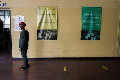 Un miembro de la Guardia de Honor Presidencial hace fila en un colegio electoral durante las elecciones parlamentarias en Caracas, Venezuela, el 6 de diciembre de 2020. REUTERS/Manaure Quintero