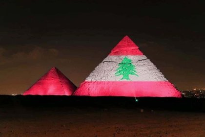 Las emblemáticas pirámides de Giza en Egipto también se iluminaron en solidaridad con el país de medio oriente. El presidente egipcio, Abdel Fatah al Sisi, anunció la apertura de un hospital de campaña en Beirut para ayudar a tratar a los heridos.