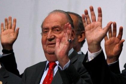 El rey emérito Juan Carlos I saluda durante un acto en Cádiz (Reuters/ Jon Nazca/ archivo)