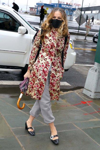Sarah Jessica Parker fue vista llegando a su local de Nueva York, en donde realiza atención personalizada a sus clientes. La actriz lució un tapado exclusivo de su colección SJP