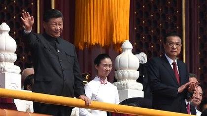 El presidente de China, Xi Jinping, saluda a las tropas junto al primer ministro Li Keqiang (GREG BAKER / AFP)
