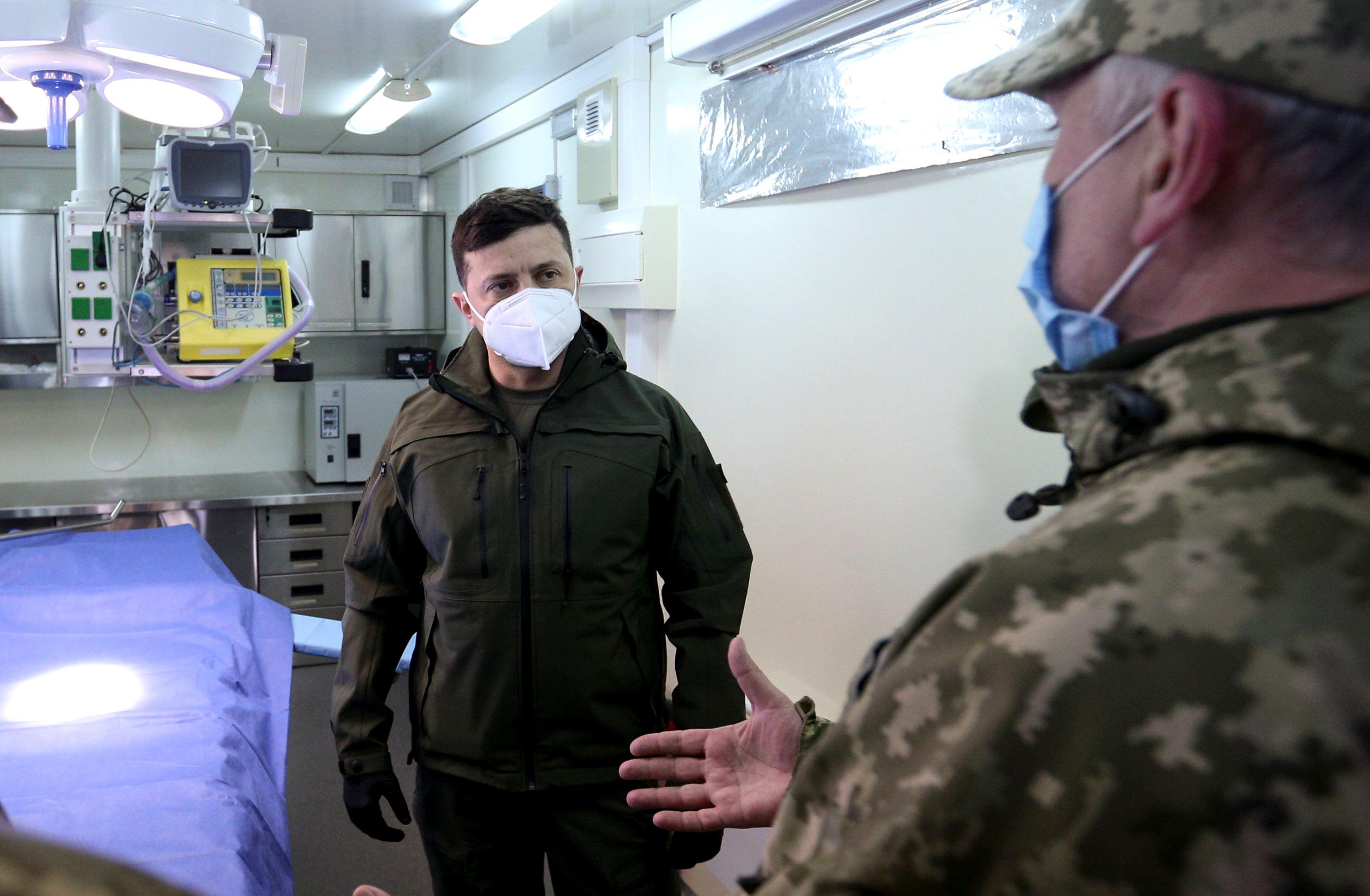 Zelensky inspecciona un laboratorio de un hospital móvil militar tras la apertura de una sala de enfermedades infecciosas para pacientes afectados por coronavirus, en Pokrovsk en la región de Donetsk (Ukrainian Presidential Press Service/Handout via REUTERS)