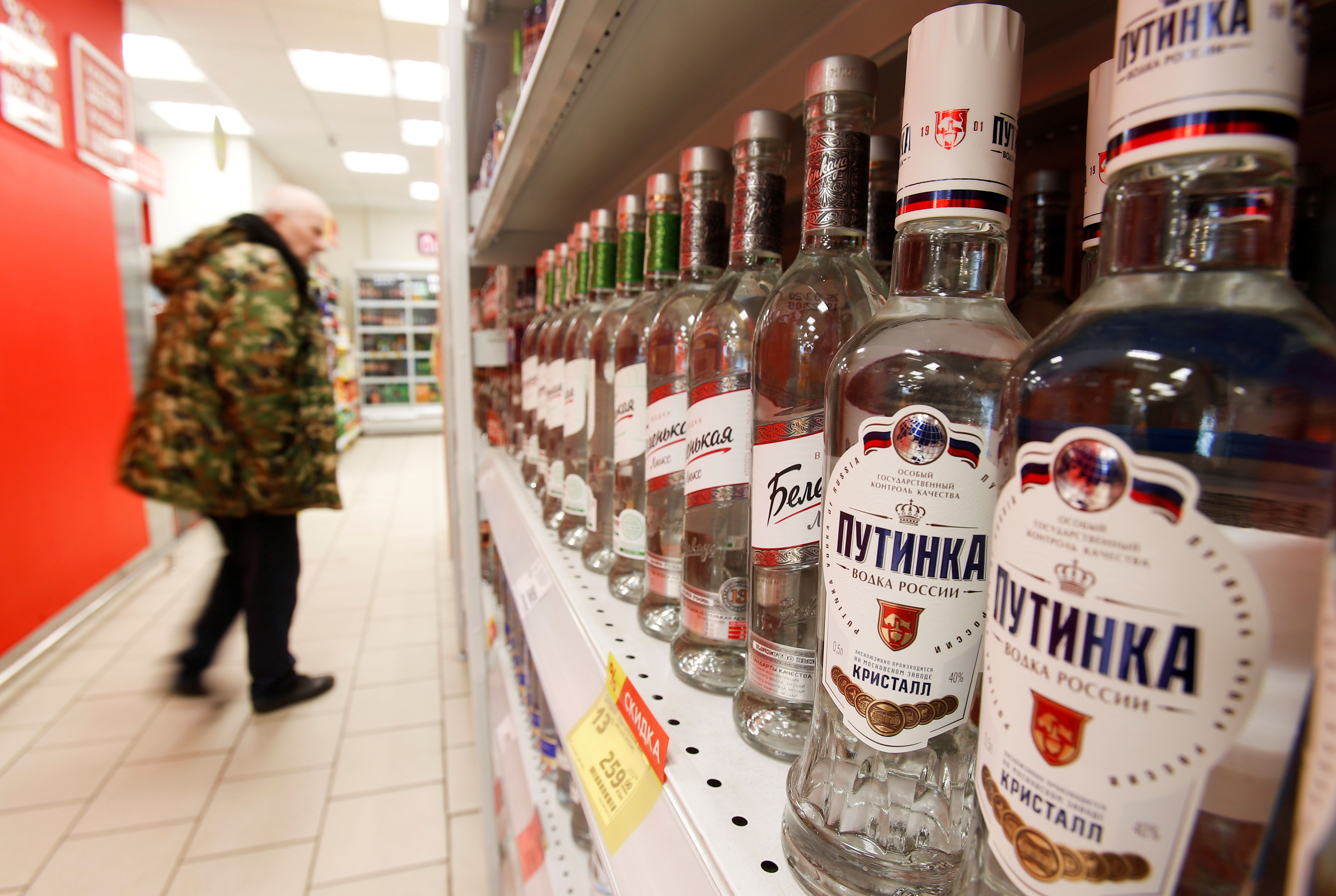 La viceprimera ministra de la Federación Rusa Tatiana Golikova recomendó bajar el consumo tanto de bebidas alcohólicas como de fármacos dentro de los primeros 42 días después del primer pinchazo (REUTERS/Maxim Shemetov/File Photo)
