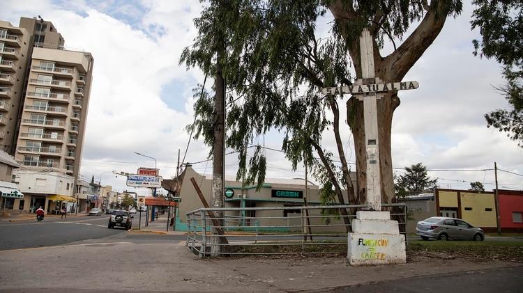 """Un grafiti bajo una cruz en el centro de Pergamino advierte: """"fumigación=cáncer"""""""