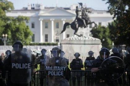 Miembros de la Guardia Nacional resguardan la protesta frente a la Casa Blanca (Reuters)