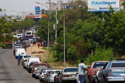 Venezolanos hacen largas filas esperando cargar combustible en una estación de gasolina de la estatal PDVSA en Maracaibo, Venezuela, el 17 de mayo de 2019. REUTERS/Isaac Urrutia