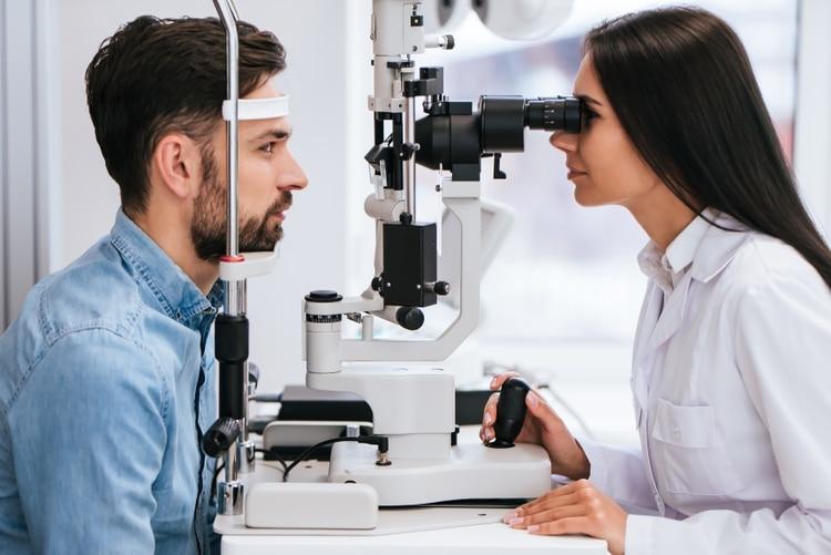 Es importante consultar anualmente con el oftalmólogo para asegurarse de que todo esté bajo control (Shutterstock)
