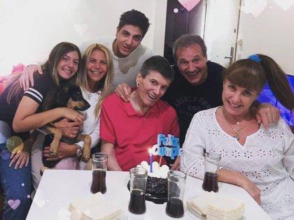 Carlos Calvo cumplió este viernes 67 años. Y lo celebró con quienes tanto ama... Sus dos hijos, Carina Gallucci, sus amigos Betty Villar y Carlos Olivieri. ¡Felicidad, Carlín! (Foto: Instagram)