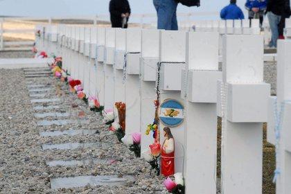 Vista de las tumbas en el cementerio malvinense de Darwin, en las que yacen soldados argentinos muertos en la guerra de 1982 con el Reino Unido por el dominio de las Islas Malvinas (Foto: EFE / Sergio Quinteros)