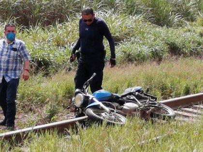 La motocicleta del comunicador fue encontrado cerca de la escena del crimen (Foto: Diario El Mundo via REUTERS)