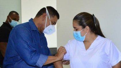 Le maire de Cali, Jorge Iván Ospina et l'infirmière, Sandra Herrera, la première Caleña à recevoir le vaccin contre le covid.  Photo: Twitter @JorgeIvanOspina